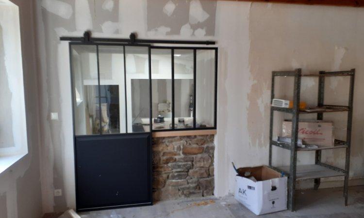 Coatascorn - Rejontoiement mur pierre, doublage plaque de plâtre, verrière fixe et porte coulissante atelier